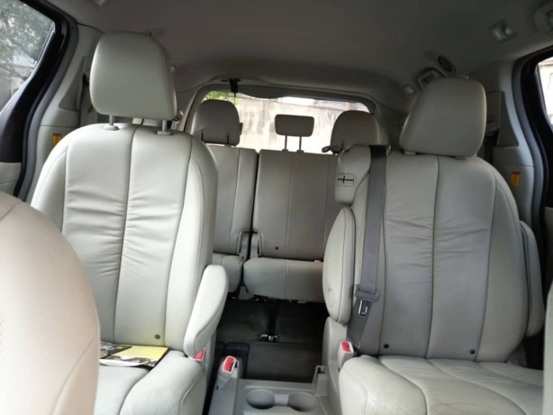 2011-foreign-used-toyota-sienna-xle-big-2